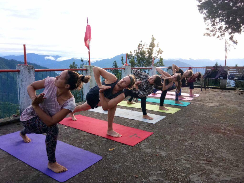 Nogle dyrker yoga og morgengymnastik for at styrke trivslen